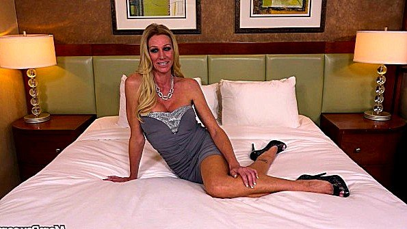 В задницу жена со спермачём секс от 1-го лица (Ceira Roberts)