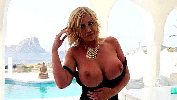 Девица с большими дойками британка мамашка (Leigh Darby)
