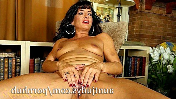 Жена мулаточка треплет пилотку сексуальный стриптиз