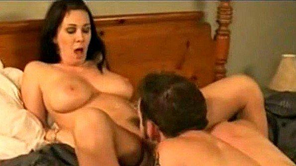 С крупными дойками телушку жестко дерут дамочка