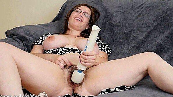 Первый раз сисястая мастурбирует манду с самотыком