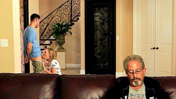 Жестко выебали инцест возбужденная с маленькими сисями молодуха (Iggy Amore, Seth Gamble)
