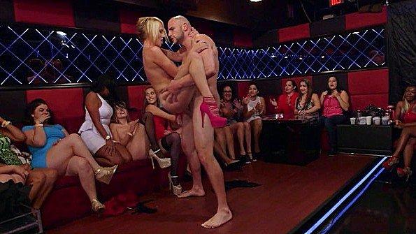 На вечеринке гангбанг голая стриптиз (Cosima Dunkin, J-mac, Kate England)