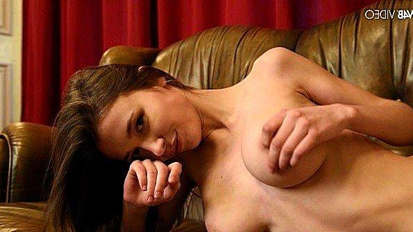 Титькастая онанирует вагину помоложе красивый стриптиз