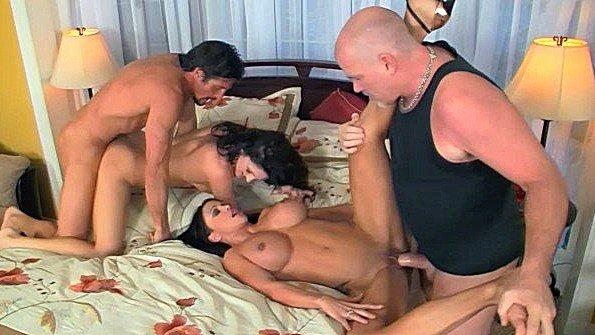 Аматерку с крупными дойками толстым хуем жестко дерут дамочка много спермы (Jewels Jade, Mark Davis, Roxanne Hall, Tommy Gunn)