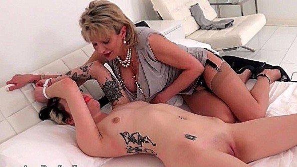Грудастая с бондажем лесбиянки старый мужик (Lady Sonia)