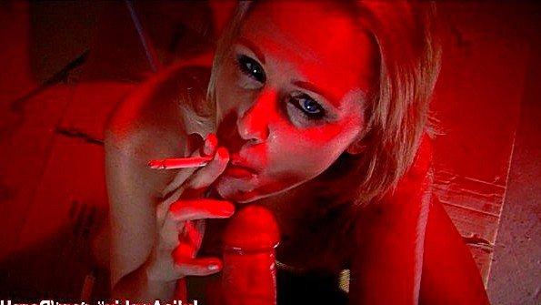 Блонда зрелая и курит сосет хуй (Julia Ann)