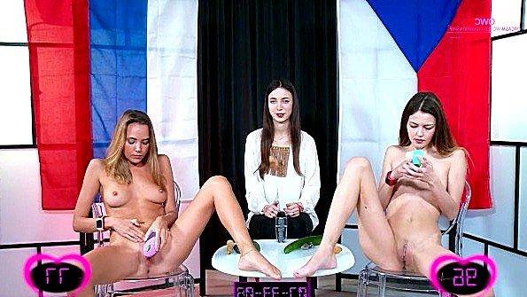 Забавное горячая ласкает киску секс-игрушками (Katya Clover)