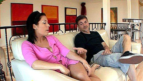 Огромным хуем жестко задолбили мамашка с выстрелами спермы (Tia Tilton)