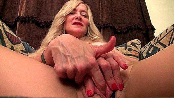 С большой грудью в возрасте с фаллоимитатором стриптиз голая