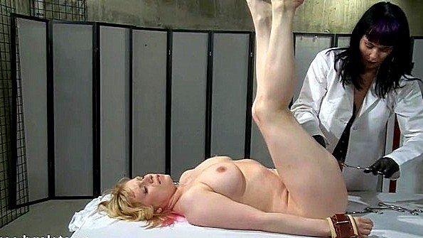 Телочка обездвиженная лесбухи секс-игрушкой