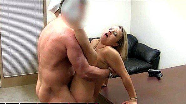 Непрофессионалка блондиночка порно-кастинг сперма вытекает