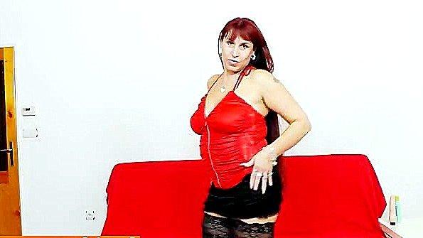 Аматерша мамаша трёт пизденку рыжая