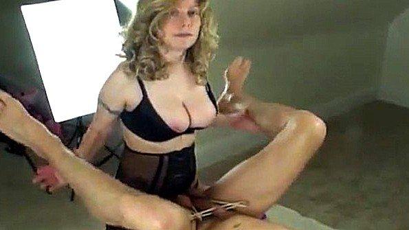 Непрофессионалка в попу секс-игрушками