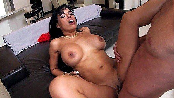 Массивным членом жестко ебёт латиночка секс от первого лица (Luna Star)