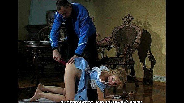Рабыня онанирует вагину помоложе