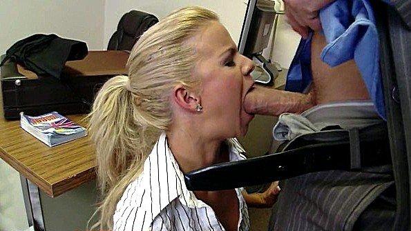 Блонда большим членом сосет хуй юная