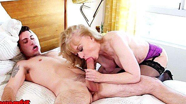 Блондиночка сиськастая с кончёй старуха (Nina Hartley)