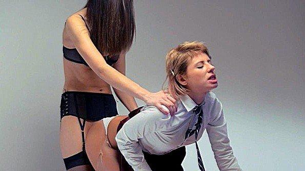 Лижет пизду лесбиянки с реалистиком (Victoria Tiffani)