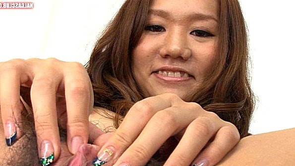 Ласкает киску молоденькая на улице японка