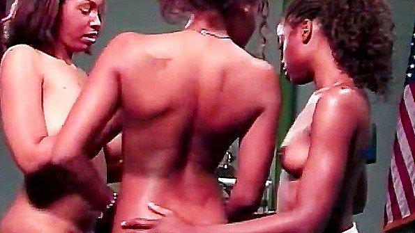 Первый раз сисястая толстожопая секс втроем лижет пизду лесбияночки темнокожая с самотыком