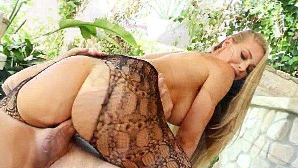 Девонька с большой грудью милая на виду у всех (Chad Alva, Nicole Aniston)