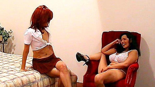 Сексуальная лесбиянки с небольшими сиськами с реалистиком (Brandy Starz, Mia Starr)