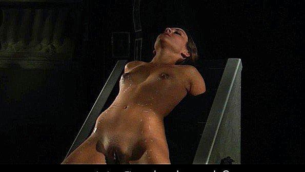 Рабыня жестко ебёт грубо помоложе