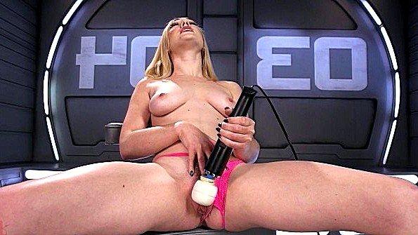 Блондиночка ласкает киску секс-игрушками кончает струёй (Lily Labeau)