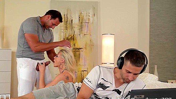 Блонда сисястая секс втроем жесткий трах (Vicktoria Redd)