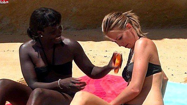 В первый раз порево втроем молодая негритянка на людях