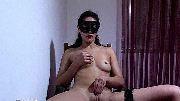 Перед камерой мулатка ласкает киску секс-игрушками