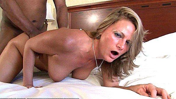 Блондиночка сиськастая толстозадая жесткая ебля милфа сперма вытекает с негром (Becca Blossoms)