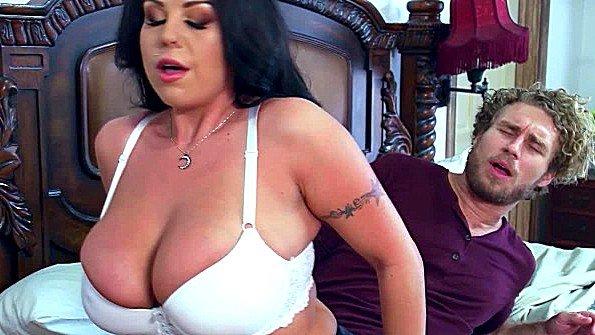 С большой грудью с большой задницей чувиха в возрасте (Michael Vegas, Sheridan Love)