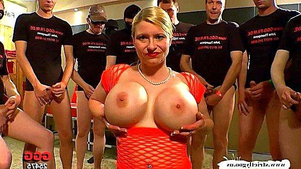 С крупными дойками буккаке дамочка немка (Melanie Moon)