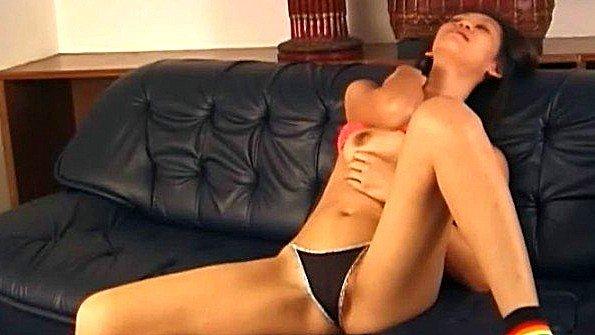 Азиаточка жена инцест треплет пилотку секс-игрушкой